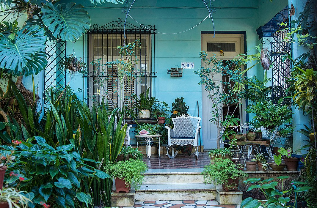Our editor 39 s ultimate guide to havana cuba for Ceramic house paint