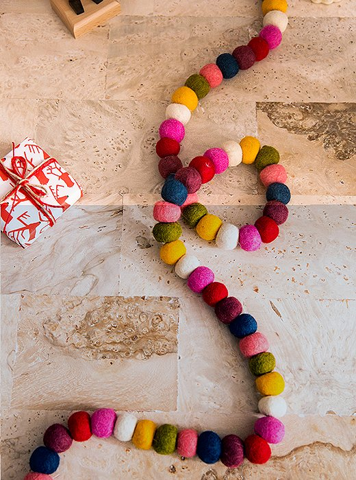 Another great project for the kids: making garland from colored felt balls. Easy!