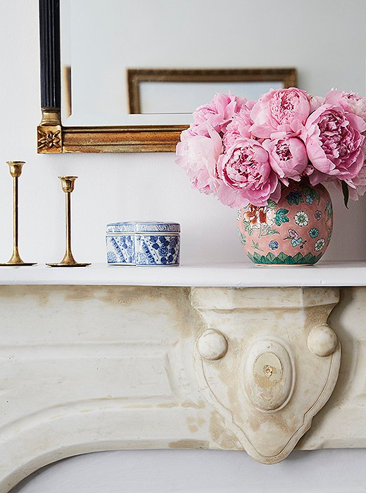 A dense bouquet of pink peonies is a favorite for spring and summer. Photo by Tara Donne.  粉色芍药花搭配青花瓷花瓶