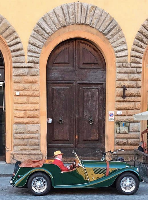 Indré spots a man parked outside a local market—just your everyday grocery run in Firenze.