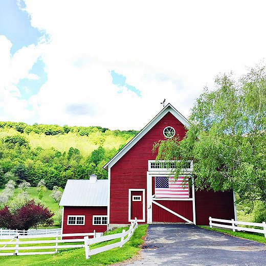 Red barns are a common (and so charming) sight on the back roads around Woodstock. Photo by @theyellownote.