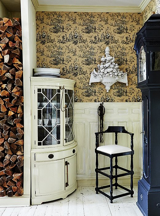 "There are moments Darryl pushed his own boundaries, such as with this bold kitchen nook. ""I am not generally a fan of vivid pattern, so this is a bit out on the limb, even for me,"" he says of the toile-papered walls. ""I often will use a bold pattern in an otherwise monochromatic house in a hall closet simply for the surprise of it."""
