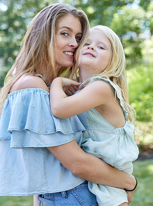 Jennifer and her four-year-old daughter, Tallulah, are effortlessly beautiful in coordinating chambray and blue linen outfits.