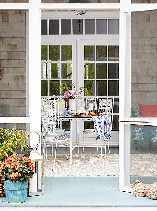 In picture-perfect Hamptons form, the designer accessorized her stoop with potted flowers, lanterns, and nautical rope door stoppers.