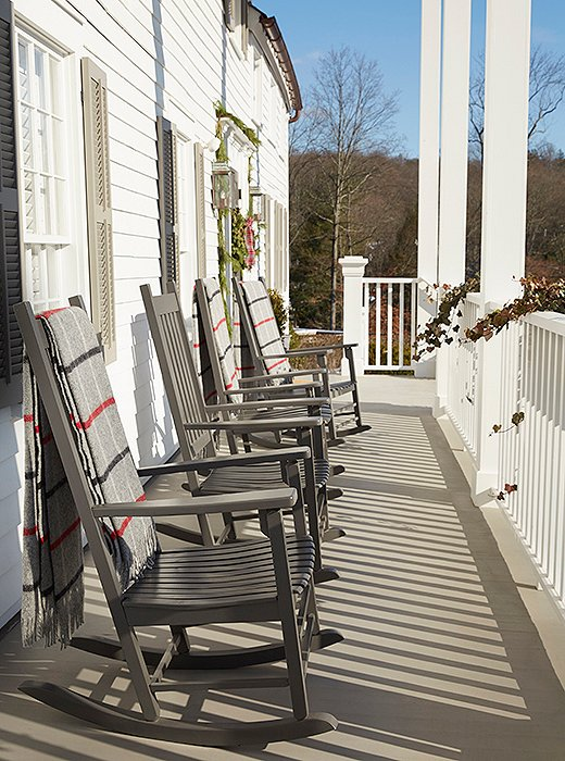 On the inn's front porch, which mimics that of historic Mount Vernon, a row of gray rockers with wool blankets beckons.