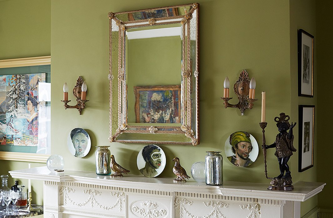 Sheila's collection of Venetian glass includes this mirror, accompaniedby a series of John Derian plates. Anotherdining room wallfeatures a set of Hermès plates.