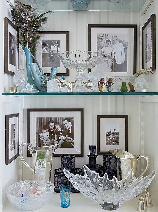 Built-in shelves serve as a place to display family photographs and prized possessions with shrine-like effect.
