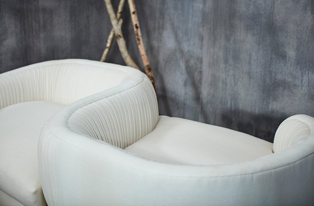 With its two opposite-facing seats and beautifully curved shape, the Clio tête-à-tête encourages comfy conversation.