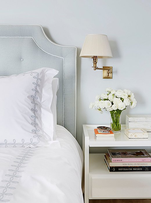 Asimple table witha drawer means small objects can easily be stashed away, minimizing clutter; a swing-arm sconce isa clean-lined alternative to a table lamp.