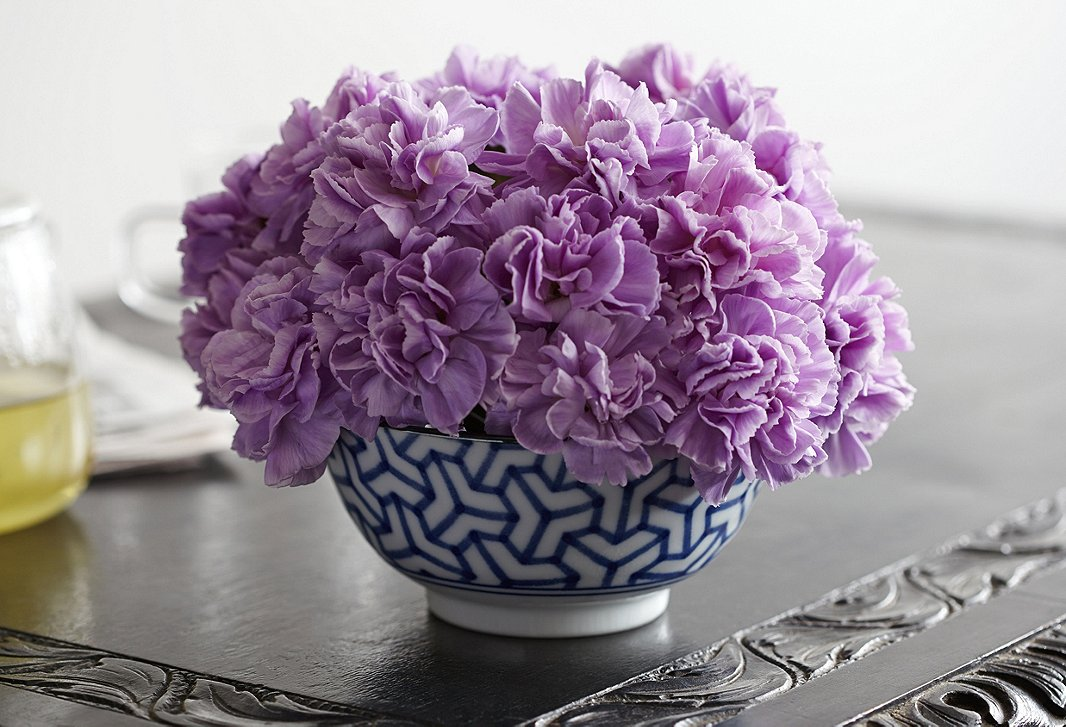 The easiest way to arrange carnations: Place the most voluptuous bloom in the center and bunch all of themtogether as tightly as possible. Sticking with one color and a relatively simple vessel gives them a luxe appeal.