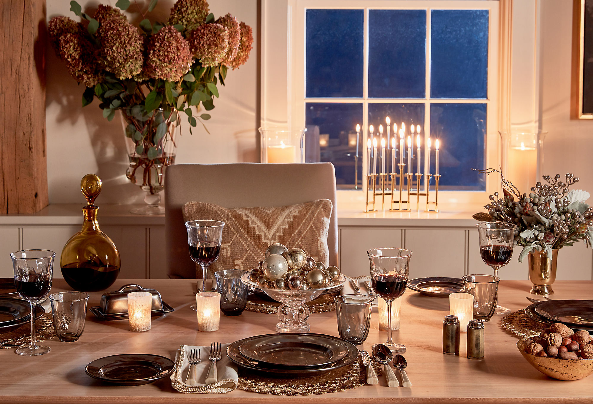 Quiet color palettes with subtle metallic elements elevate your holiday decor.
