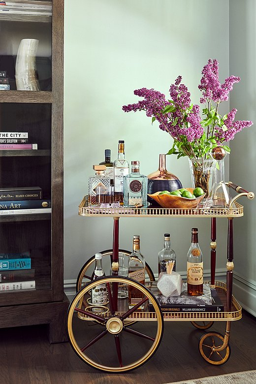 Because thecoupleloves entertaining, a well-stocked bar cart was a must.