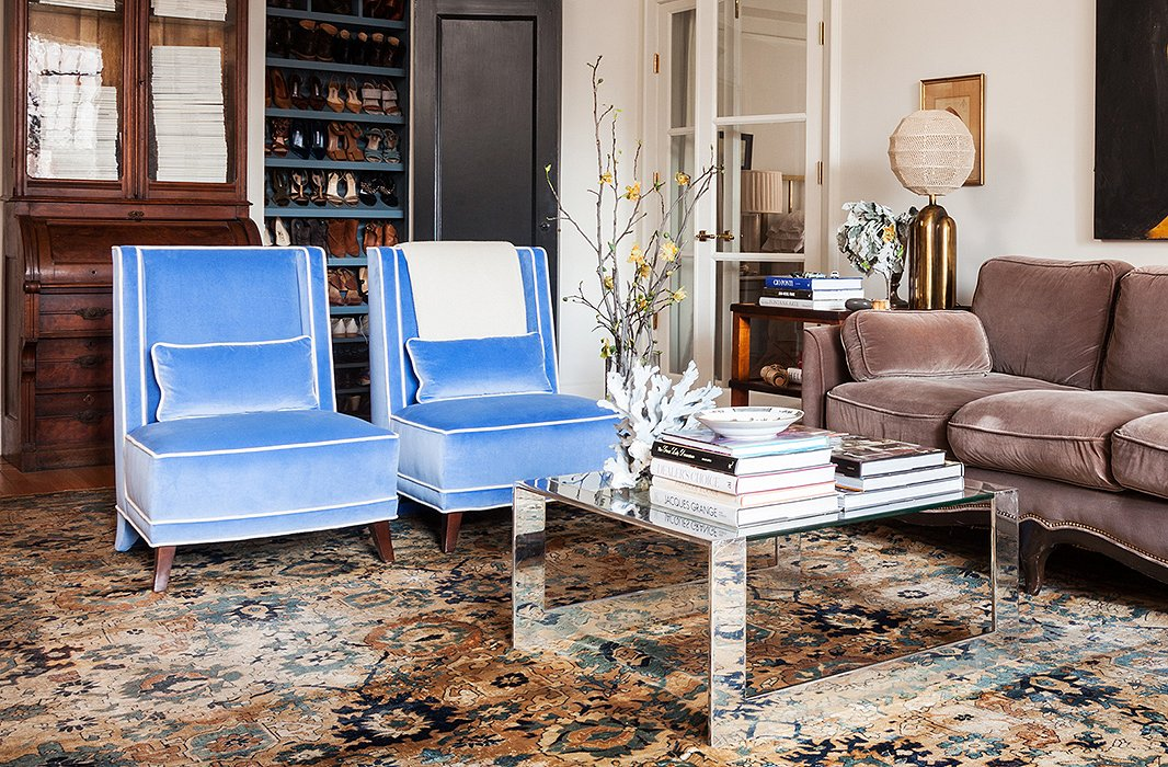 Accent chairs 101 your guide to these stylish seats for Living room with accent chairs