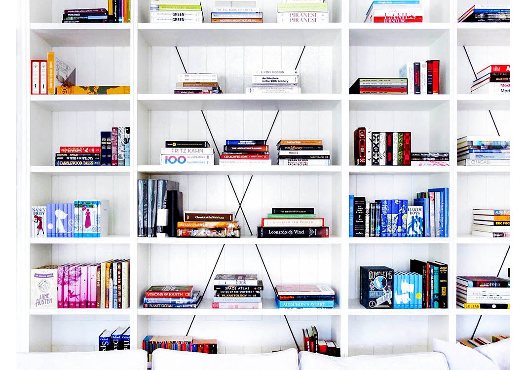 Blocks of color andvertical stacks of books create afresh, invitingambience.