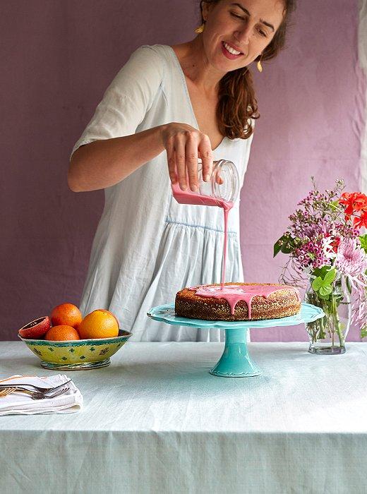 Leela glazing her gorgeous cake.