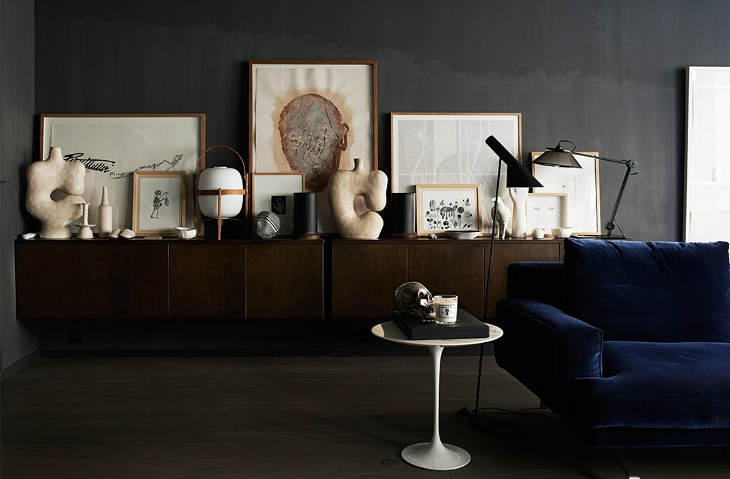 Against the dark wall, vignettes in shades of white and cream really pop, as does the shapely silhouette of the Saarinen side table.