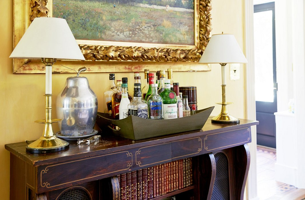 Set atop an antique cabinet, a self-service bar featuring a 1950s apple-shape ice bucket (found by John in a junk shop) sets a relaxed tone for entertaining.