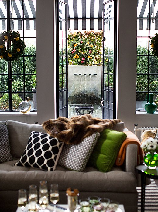 Partiesusuallyspill over to the terrace in the evenings, so Timothy often leaves the French doors open to let guests move in and out freely—and to let in the crisp winter air.