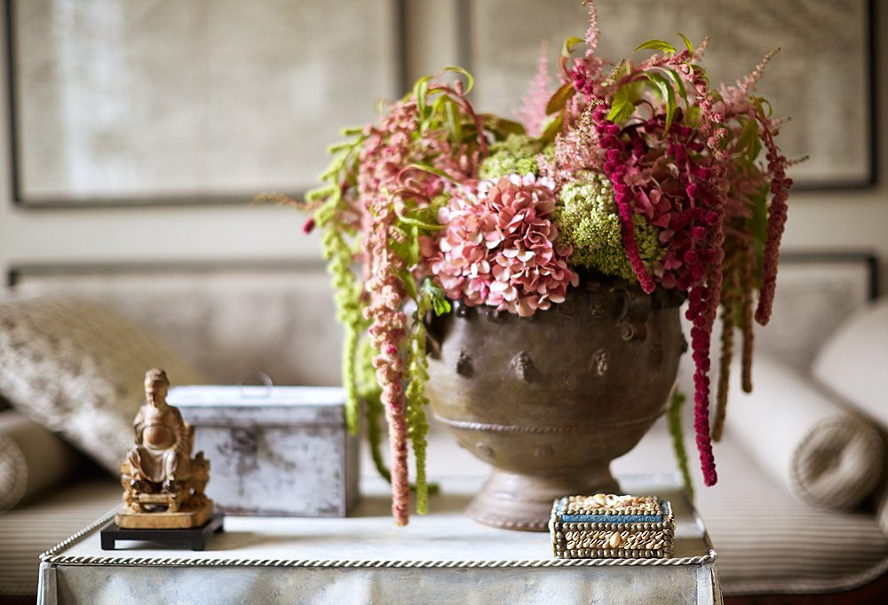 Dransfield and Ross eschew perfect-perfect bouquets for loosey-goosey arrangements that look just-picked and casually chic.