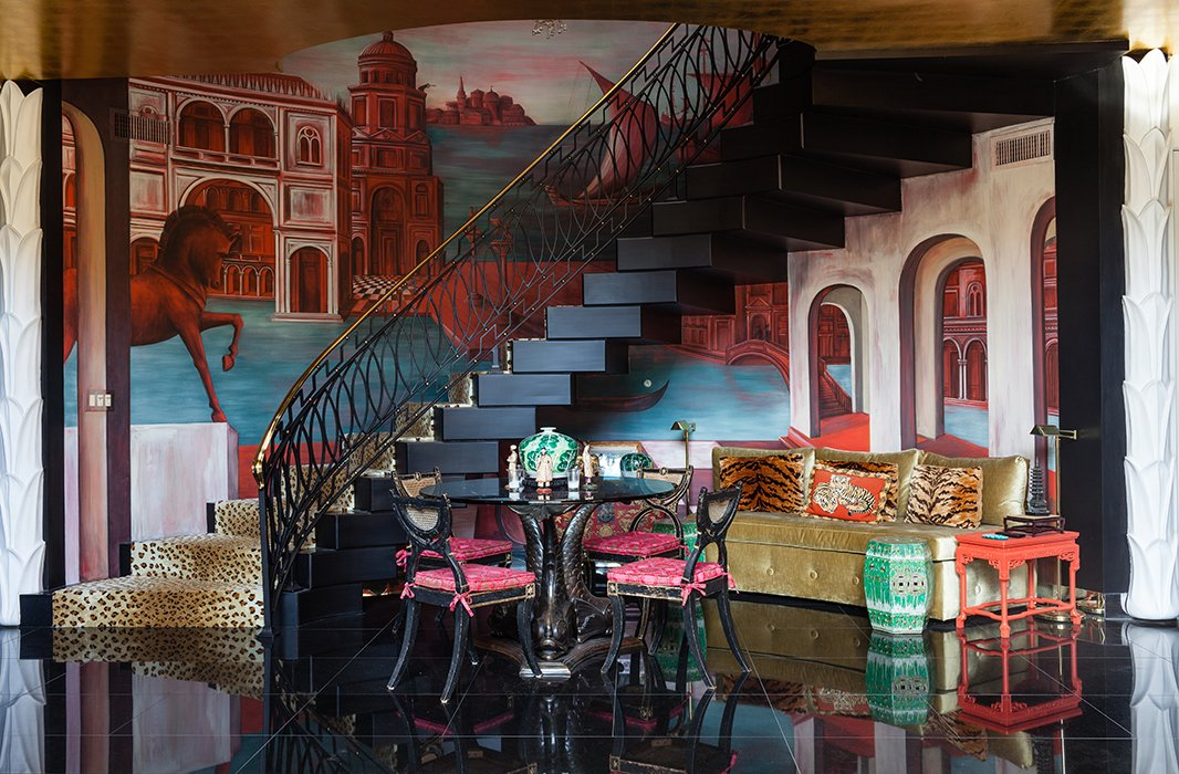 This table is the spot for intimate dinner parties, set against a fantastical Giorgio de Chirico-inspired mural of Venice by Hutton's artist friend Scarlet Abbott.