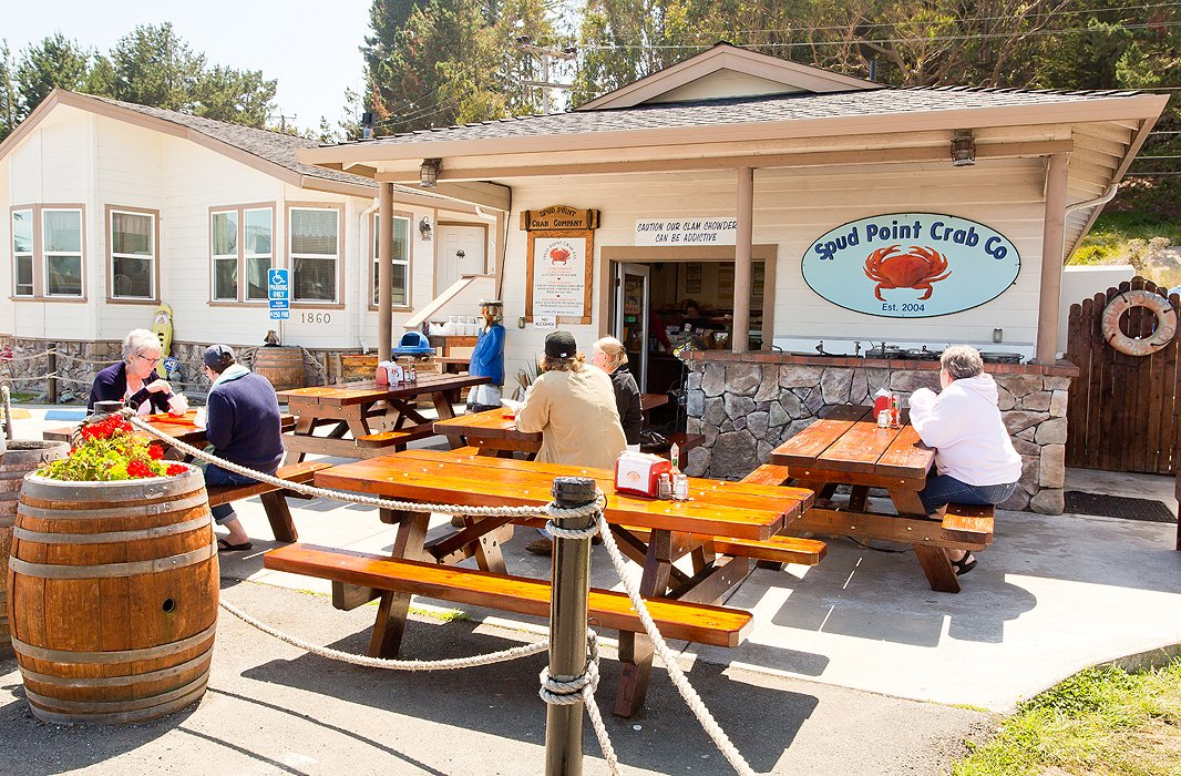 The eatery's alfresco seating fills up every morning with fishermen who gather to swap stories and dunk doughnuts in steaming hot mugs of coffee. Come lunchtime, the crowd is a lively mix of visitors and locals.