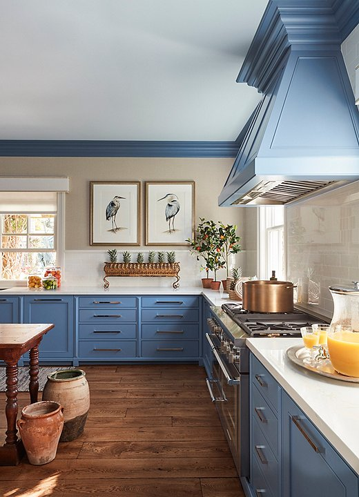 Ablue-and-white palette works for every room of the house,including the kitchen. Design by Sarah Blank; photo by Carmel Brantley.