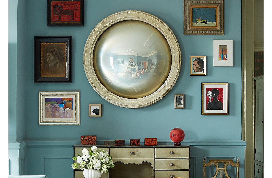 A round mirror in the home of designer Sheila Bridges helps to amplify light and visually expand the room. Photo by Manuel Rodriguez.